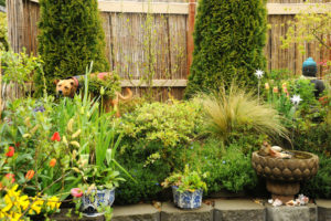 simple garden house design with flower pots ideas