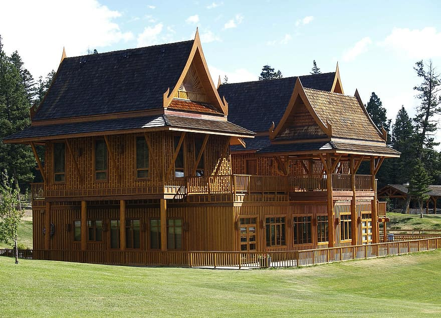 echo valley ranch building log house guest house tourism british columbia canada