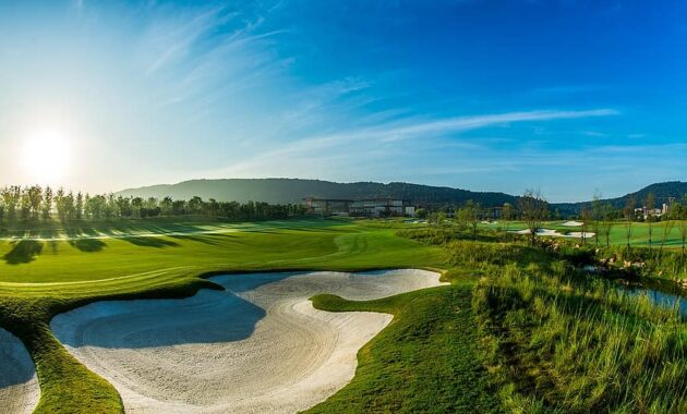 green golf blue sky white cloud