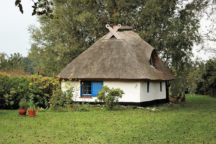 small house vitte hiddensee thatched roofs building