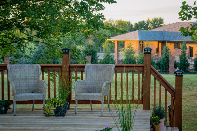 Landscaping ideas for backyard with wooden element