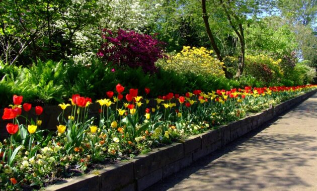 landscape ideas with flower bed